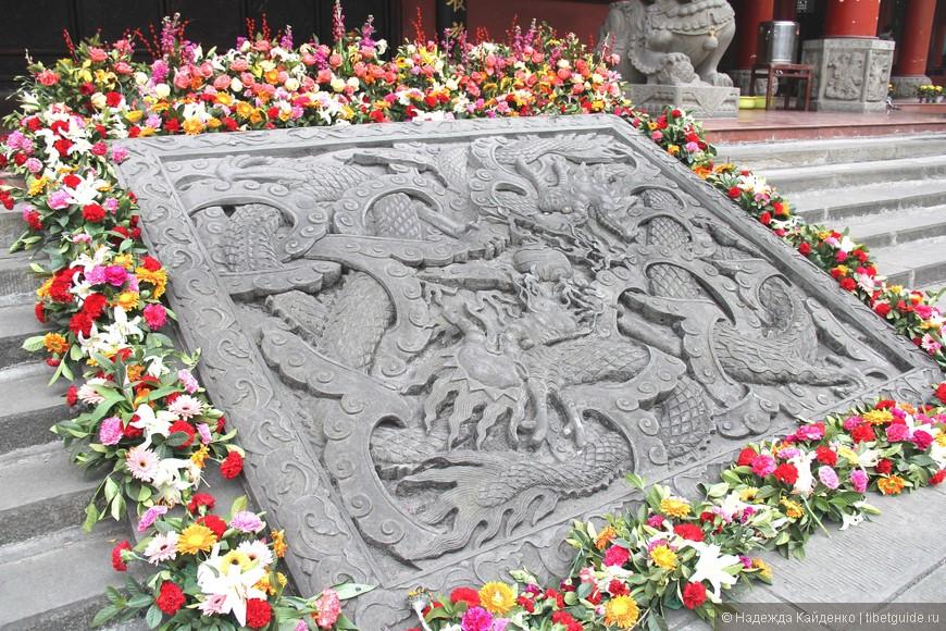 плита с драконами, украшающая вход в главный молельный павильон