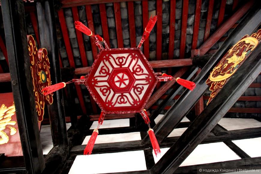 """""""ракурс"""" это фонарь под козырьком крыши одного из павильонов монастыря Манчжушри"""