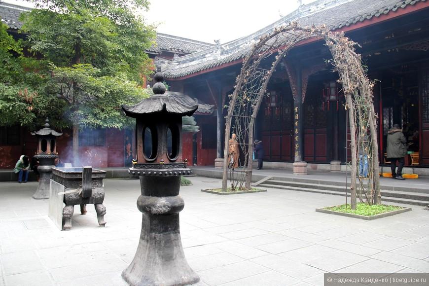На территории монастыря множество двориков с разными павильонами. Там, где есть храмы, открытые для паломников, стоят курильницы для благовоний. В садах итак чудесный воздух, а еще с нотками благовоний.. просто благоухание!
