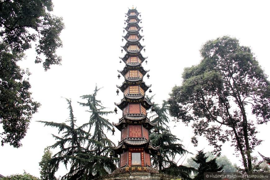 В башне колокола и барабана находится огромный медный колокол. Здесь же - бронзовая статуя богини милосердия Гуаньинь, которая считается уникальной.