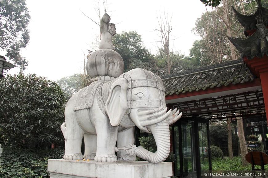 две статуи слонов установлены на выходе из монастыря Веньшуюань