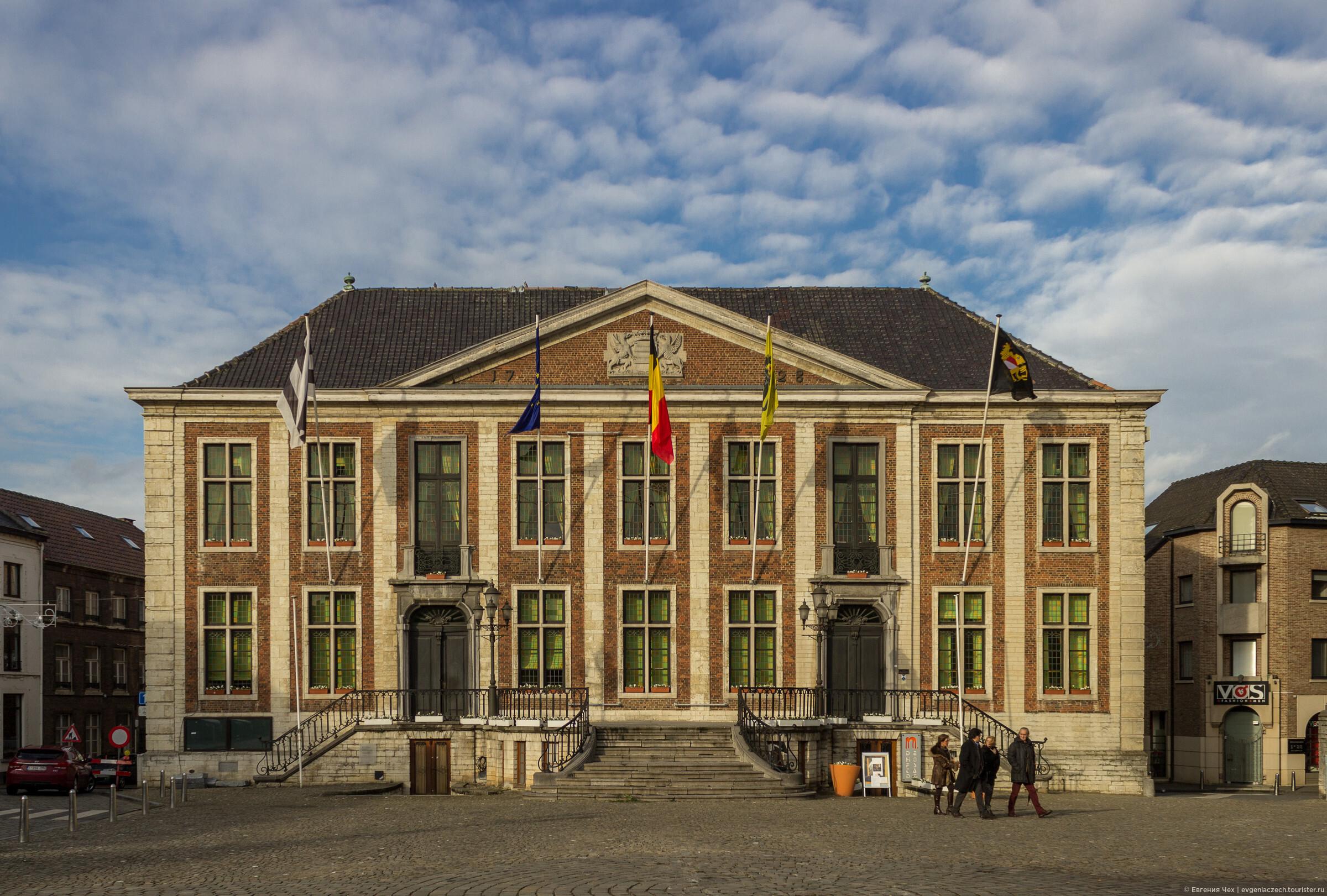 Городская ратуша, построенная в 1728 в стиле классицизма, в бывшем пивном подвальчике сейчас музей города., Дист, резиденция дома Оранских