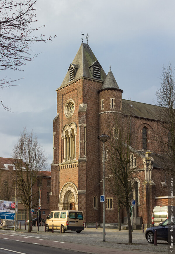 Церковь св. Антония (Sint-Antonius kirk), построенная в 1617 году, привлекает паломников к могиле св. отца Домиана, посвятившего всю жизнь помощи больным проказой и умершего от этой болезни.