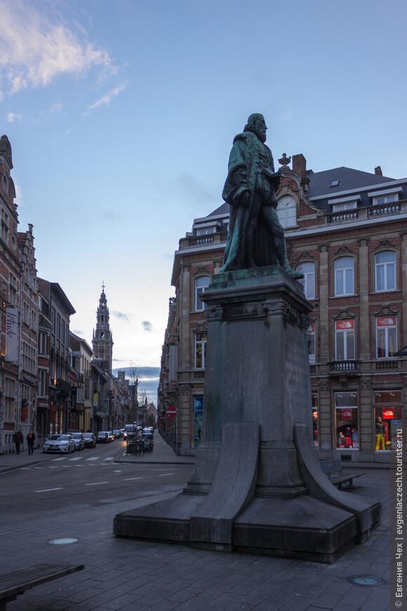 Памятник Липсиусу, просветителю, профессору левенского университета