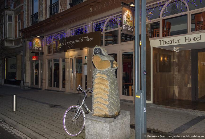 Скульптура напротив театра