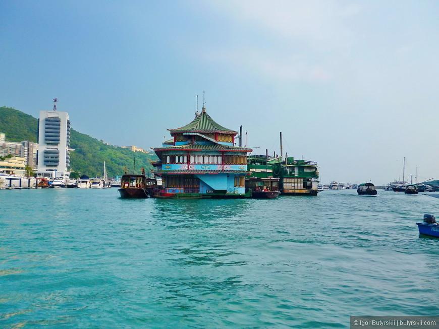 07. Подплывем к одной из самых известных достопримечательностей Гонконга.