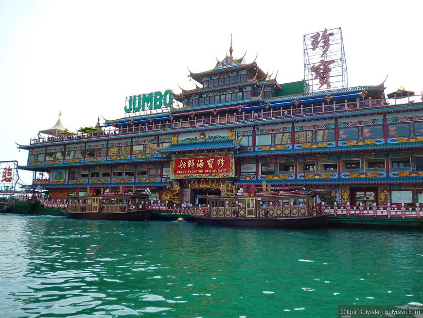 08. Плавучий ресторан Jumbo. На трех этажах здания разместились несколько ресторанов. Попасть в него можно только по морю, цены соответствующие.