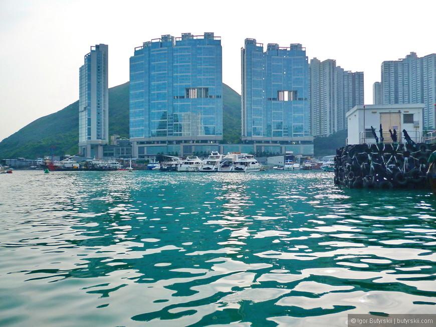 11. Стоимость жилья в Гонконге очень высокая, а разрешений на стройку новых домом выдается очень мало, поэтому строить надо очень высоко. И вот оно отличие от России, где используется каждый метр площади. По китайским поверьям через горы на юг должны пролетать драконы (духи), поэтому в зданиях делают такие отверстия.