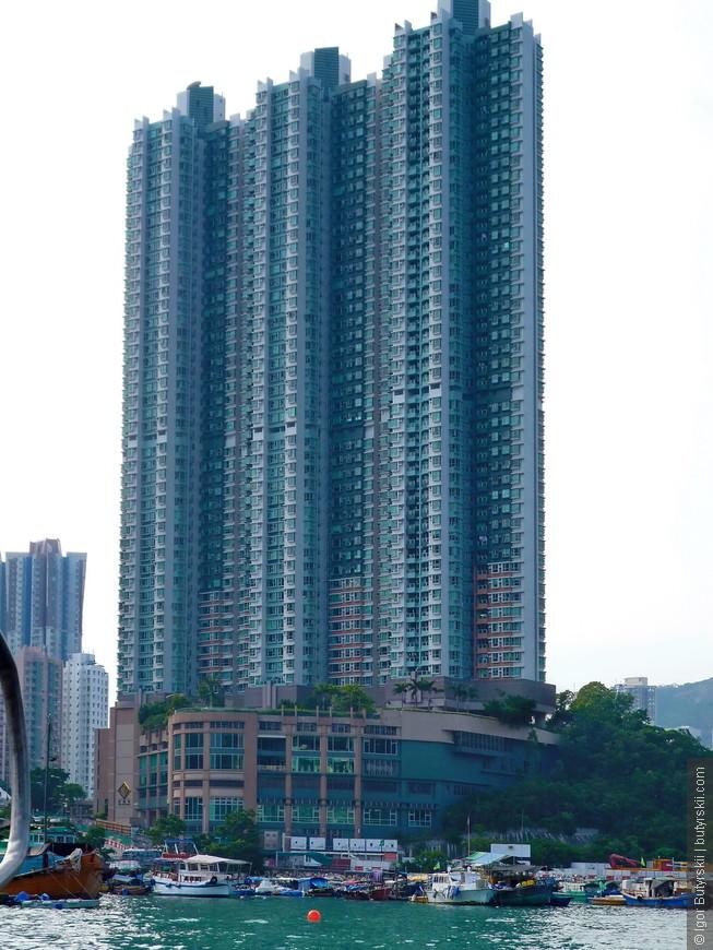 13. Некоторые небоскребы колоссальных размеров. При этом в толщину дом несколько метров.