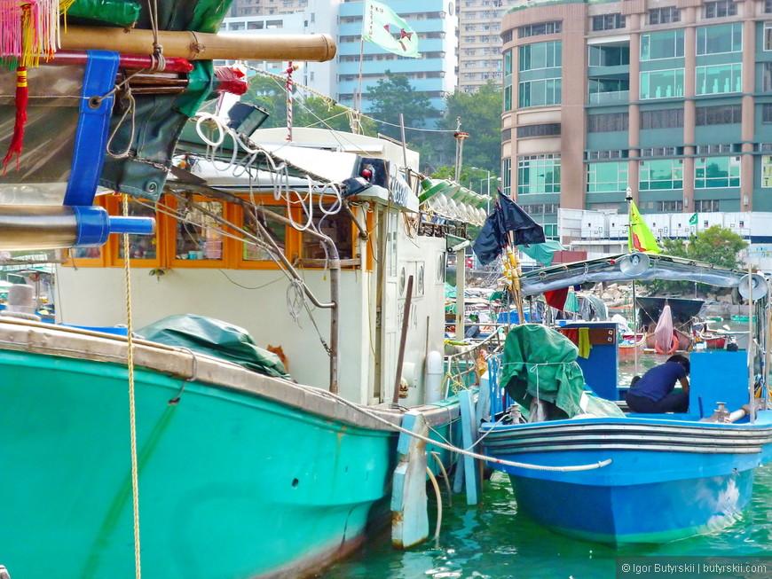 15. Многие местные живут на лодках по несколько поколений подряд.