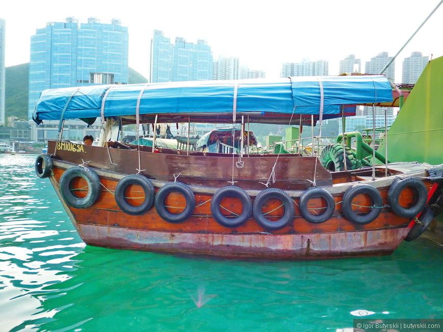 24. Некоторые местные перепрофилировали свои кораблики в туристические лодки и зарабатывают на этом.