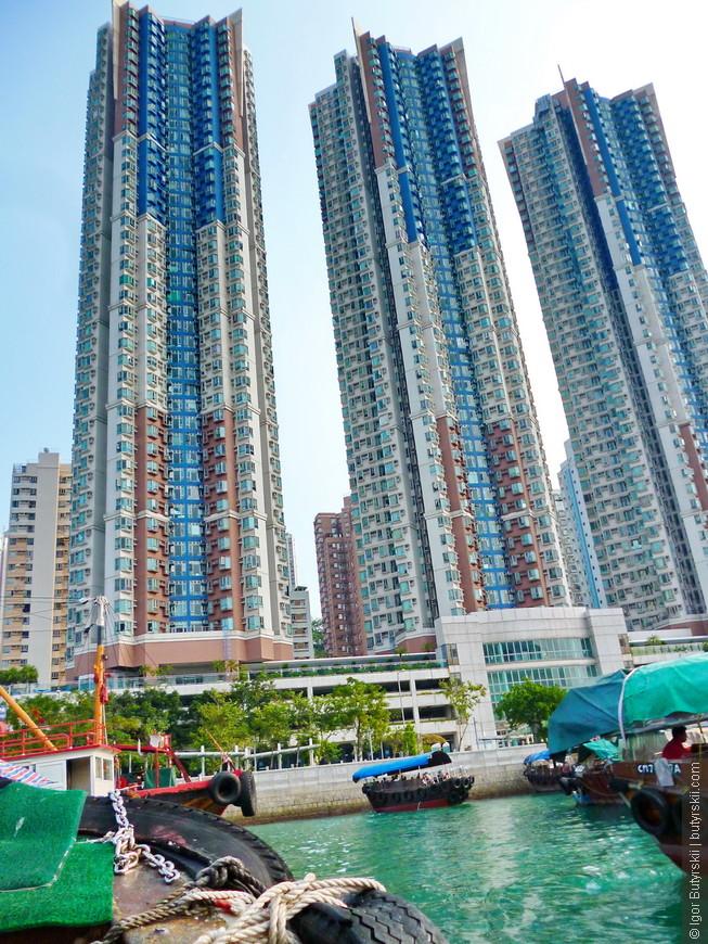 25. Типичная многоэтажная застройка в Гонконге, с одной стороны горы и залив, с другой море и острова. Сказка.