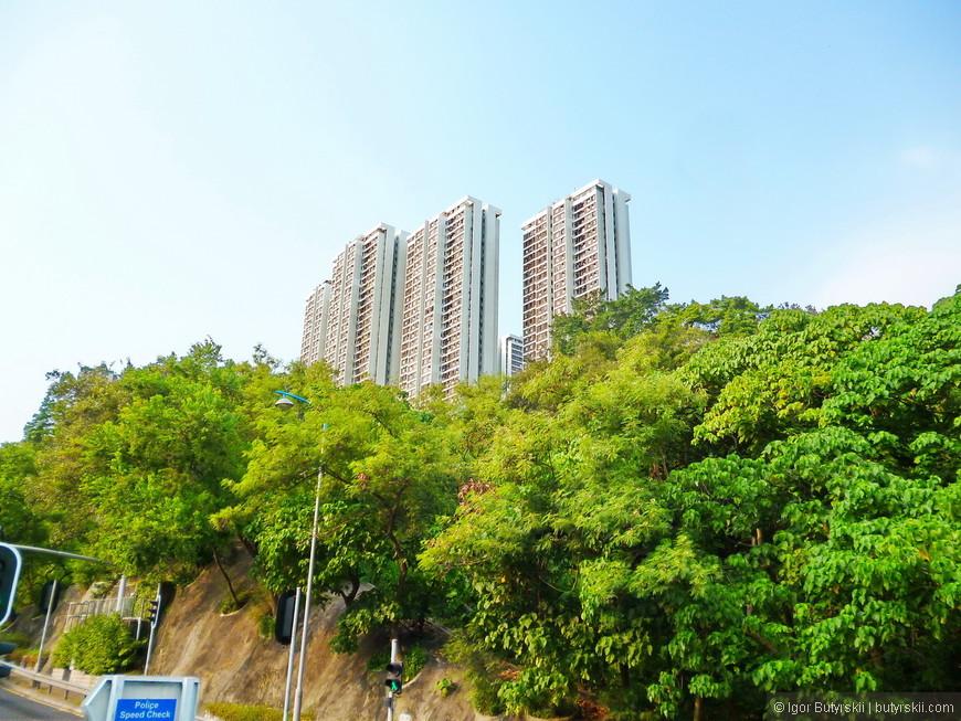 31. Все склоны южной стороны острова Гонконг всё больше застраивается, с каждым разом все больше и больше зданий, но плотность застройки в разы меньше чем с северной стороны.