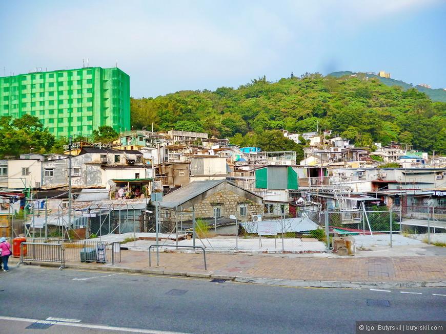 33. Рядом с новыми элитными районами располагаются остатки трущоб.