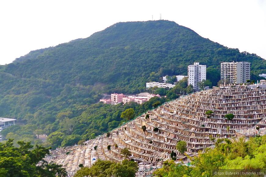 36. Старинное кладбище размещенное на склоне горы. Сейчас в Гонконге так уже не хоронят, но в колониальное время были европейские стандарты. Будете в Гонконге – скатайтесь в Абердин, пока еще есть на что посмотреть!