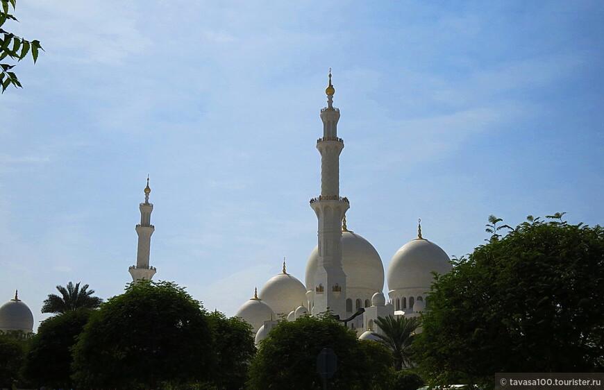 Основной купол имеет 32,7 метров в диаметре и 70 метров высотой во внутренней части и 85 снаружи