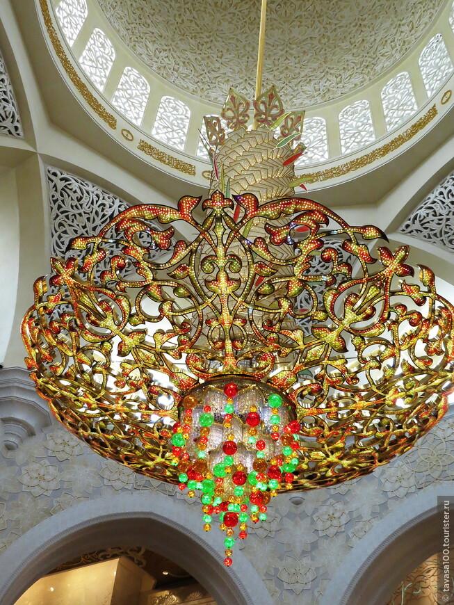 Самая большая  в мире позолоченная люстра, украшенная драгоценными камнями – из Германии (висит в главном молитвенном зале на 9 тыс. верующих)