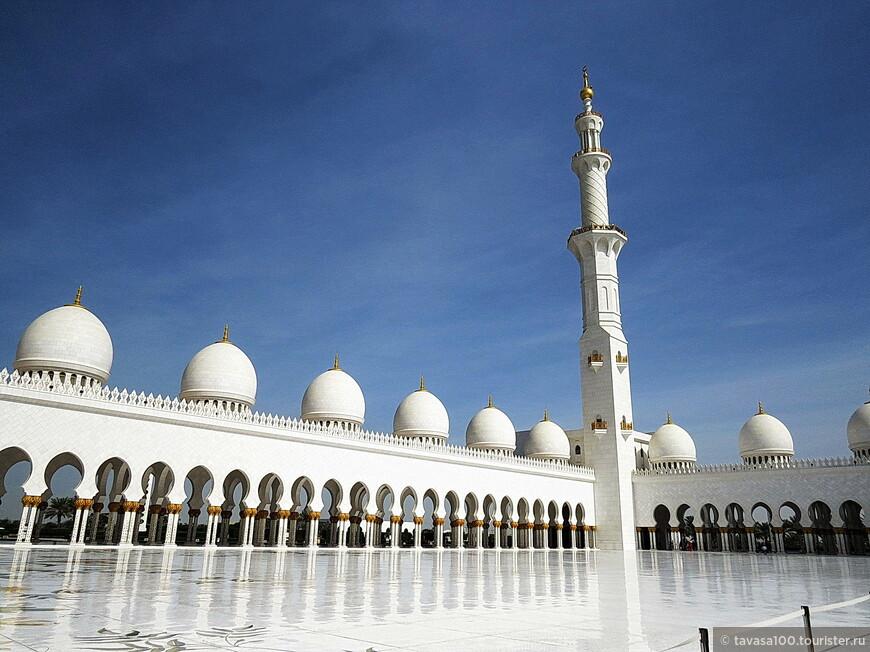 Мечеть  насчитывает 80 куполов, все из которых украшены белым мрамором.
