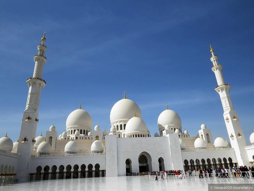 Общая площадь этого белого чуда – 17 000 квадратных метров (на ней свободно разместились бы пять футбольных полей), одновременно молиться в мечети могут 40960 верующих.