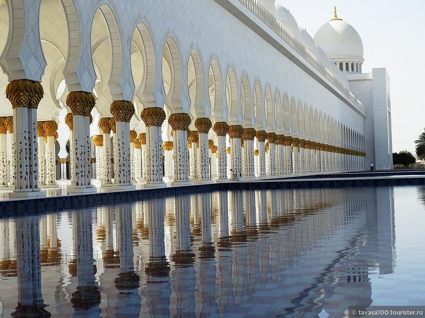Искусственные озера, занимающие общую площадь 7874 квадратных метра и каналы, украшенные темным кафелем, окружают мечеть, тогда как двор мечети площадью 17000 квадратных метров украшен цветной мозаикой. Бассейны отражают живописный вид мечети.