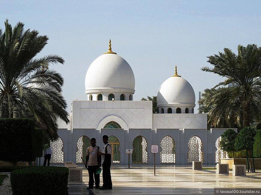 Место, ставшее последним пристанищем шейха Заида, запрещено фотографировать, поскольку это одна из наиболее почитаемых святынь.