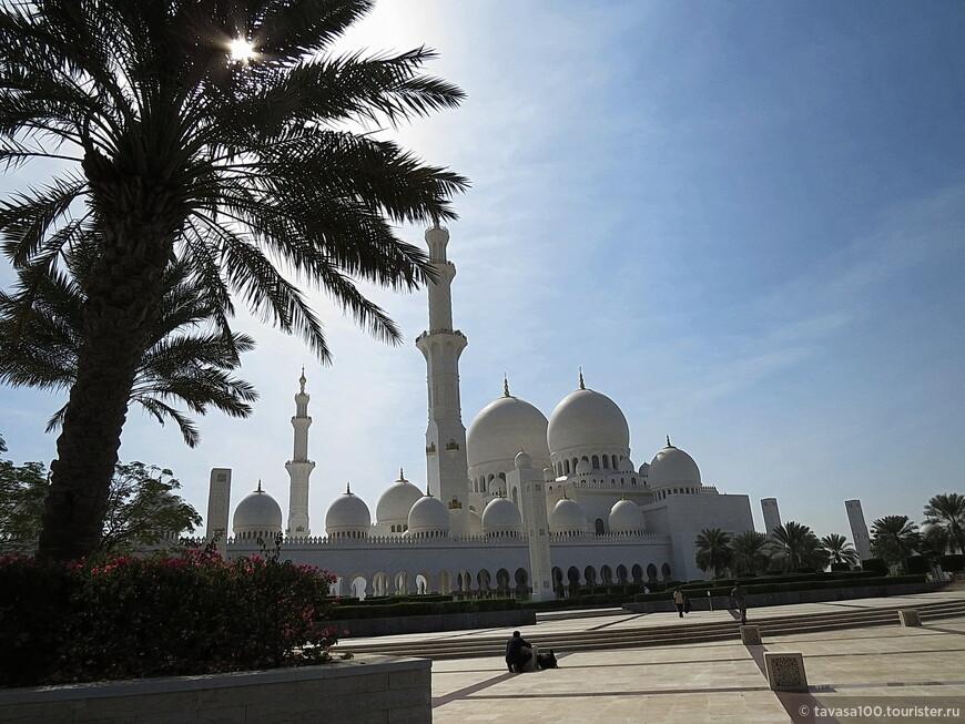 Посещать Мечеть Шейха Заида можно как в дневное, так и в вечернее время.  Единственное замечание - во время проведения богослужения немусульманам запрещено заходить внутрь храма, необходимо дождаться завершения молитвы.