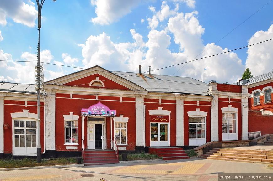 05. Центр города, с туристической точки зрения город не существует, поэтому в старинных зданиях располагаются канцтовары, а мог бы и магазин сувениров.