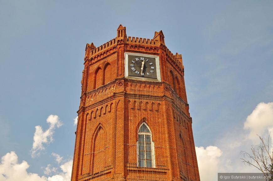 06. Смотрите, какая прелестная часовая башня, у города отличный туристический потенциал.