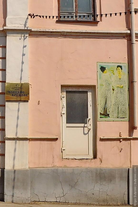 24. Это просто картина маслом. Тут и «Елецкие кружева» и картина чудесная и конечно очень доступная для посетителей дверь.