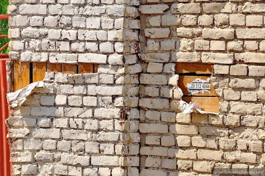 17. А это муляж кирпичной кладки поверх деревянной обрешетки, странное решение.