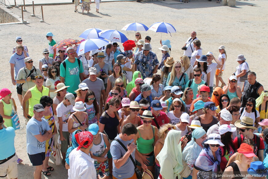 Толпа туристов в Кносском дворце.