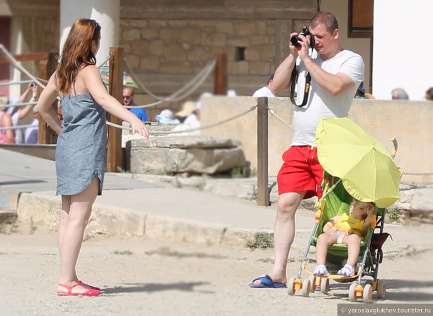 Российские туристы в Кноссе.