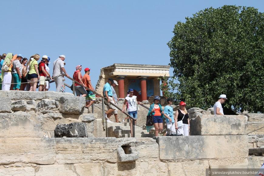 Толпы туристов в Кноссе.