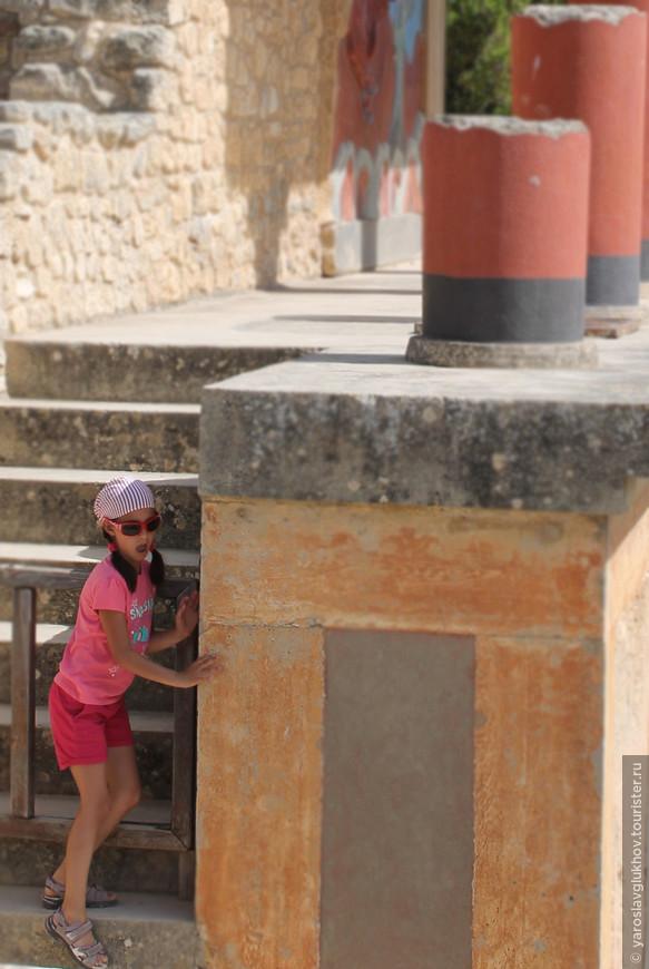 Юная туристка из Южной Европы в Кносском дворце.