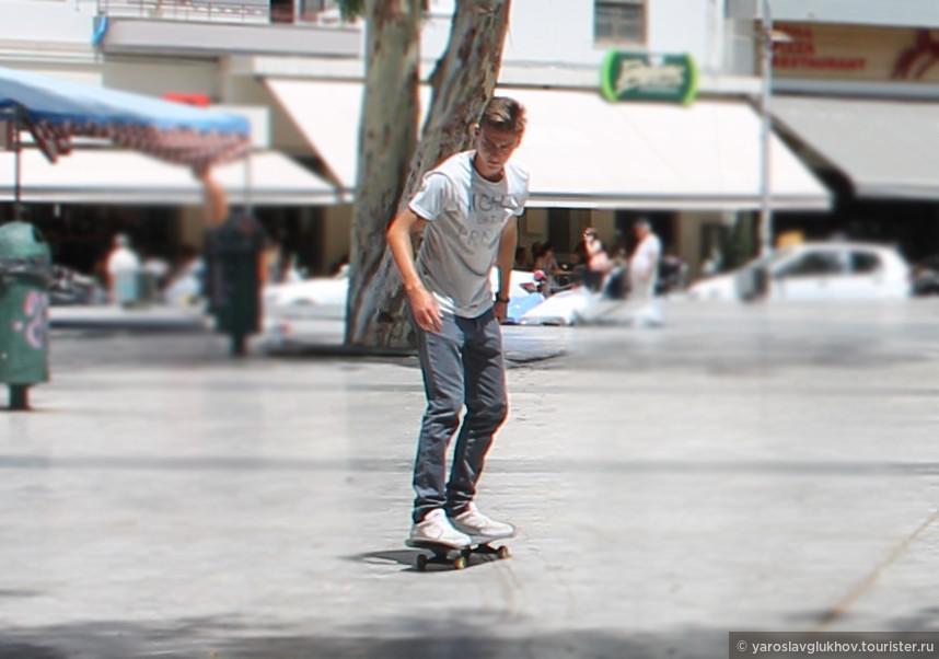 Местный скейтер на площади Элефтериас.