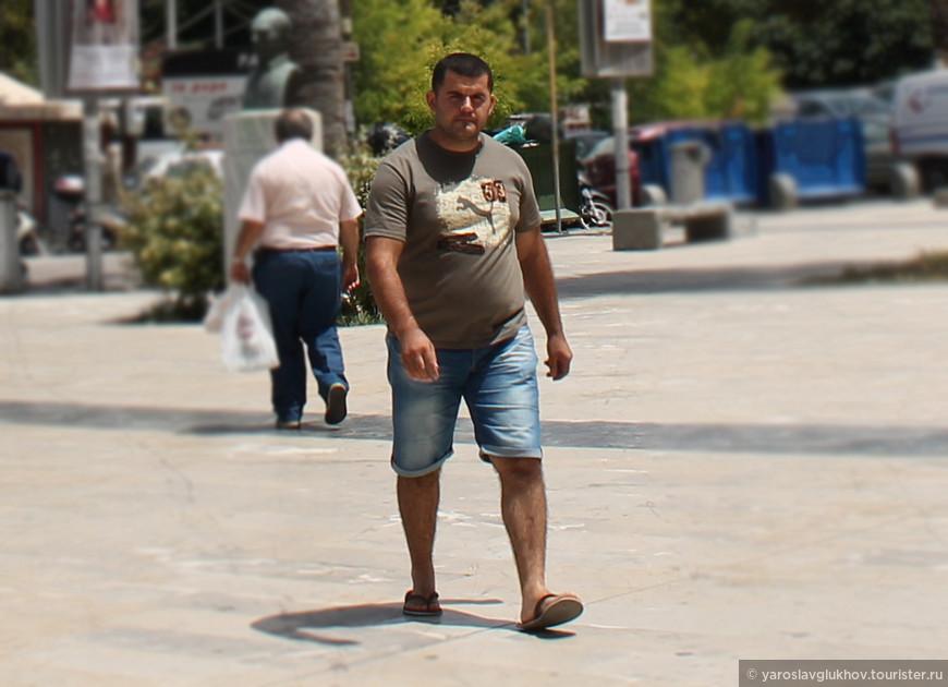 Местный грек или выходец из стран бывшей Югославии или Албании на площади Казандзакиса в Ираклионе.