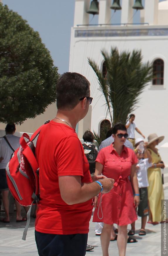 Турист возле церкви в Ие.