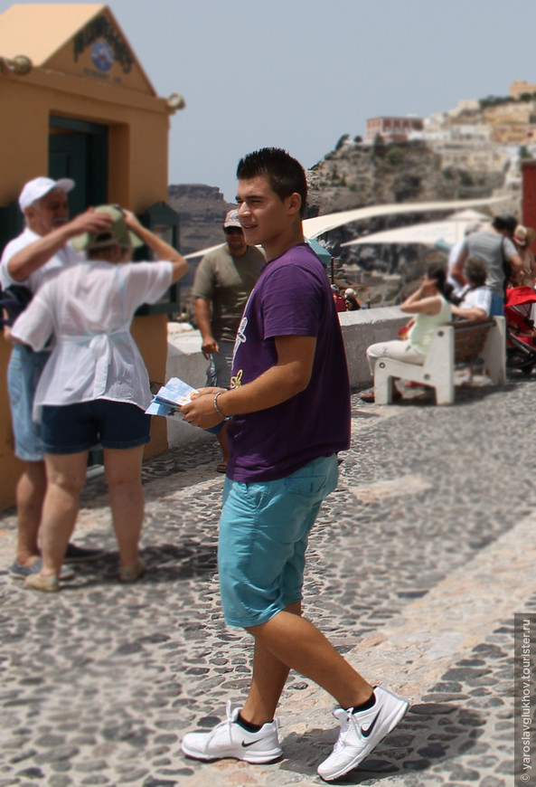 Турист в Фире.