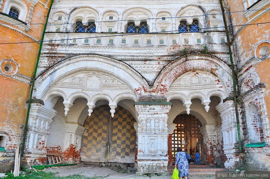 04. Ворота при входе в монастырь.