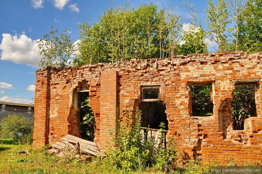 12. Это видимо была церковь или что-то в этом роде. Смотрите как поросли деревья, их даже не пытаются вырезать.