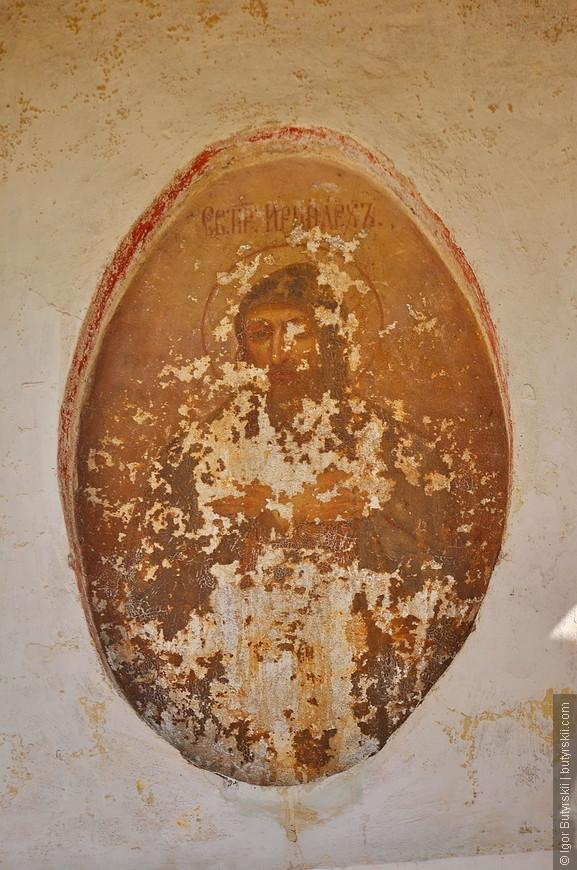 21. Икона на стене храма, надо срочно что-то делать, ей осталось жить пару лет.