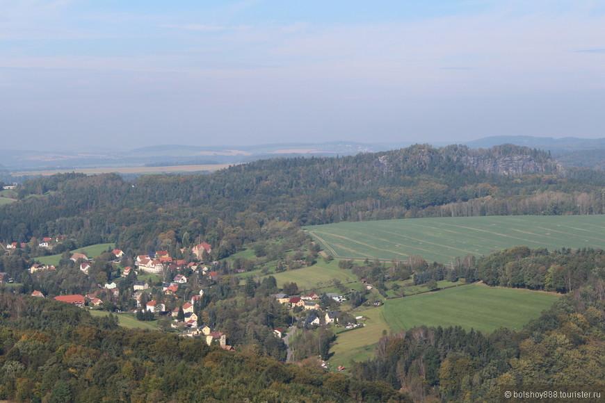 Вдалеке видны те самые горы,из-за которых эти места и прозвали Саксонской Швейцарией.