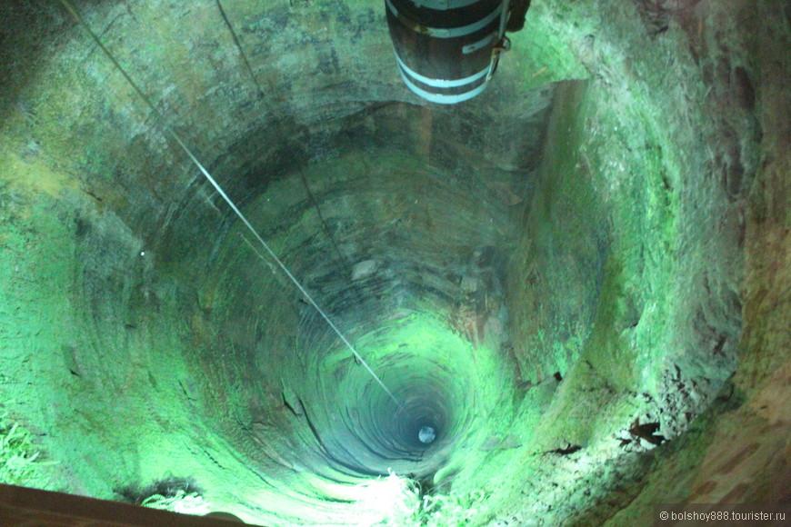 Одна из известных достопримечательностей этой крепости - колодец глубиной 152 метра.Экскурсовод рассказывала,что долбили обычными кирками по моему 20 лет.