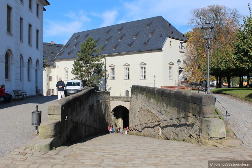В крепость поднимались на лифте.Обратно бегом -вот по этому тоннелю.