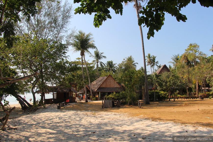 Домики-кафе расположенные в зарослях становятся похожими на красивую тайскую деревушку