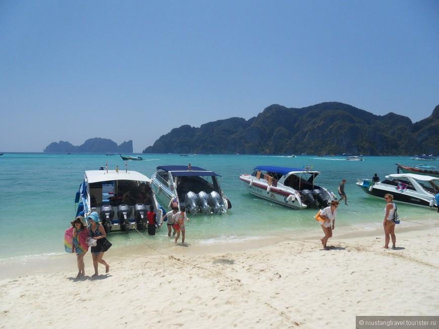 На этом пляже располагается столовая для туристов, куда привозят после посещения бухты Phi-Phi