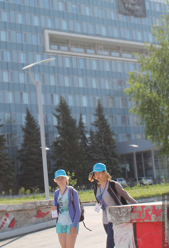 Местные возле администрации Пермского края на Эспланаде.