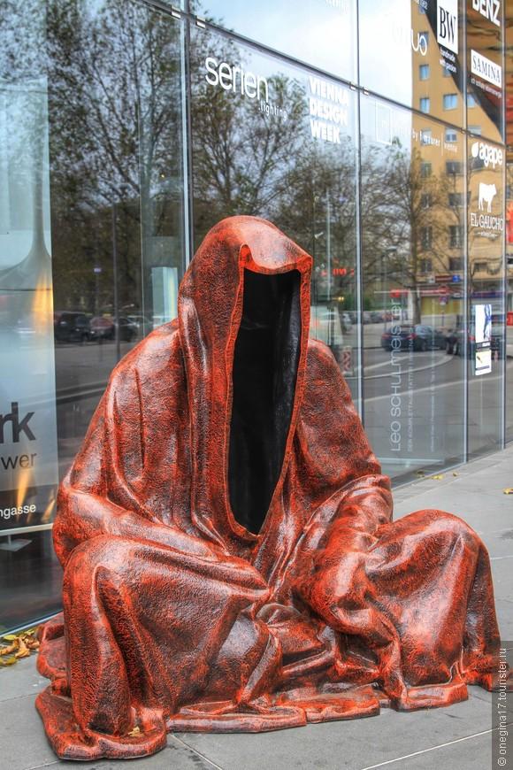"""""""Плащ правды"""". Такие скульптуры я встречала на разных венских улицах. Мне было интересно - перетаскивают одну и ту же фигуру или их несколько?"""