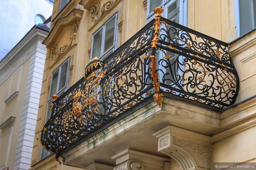 В Вене даже балконы украшены коронами.