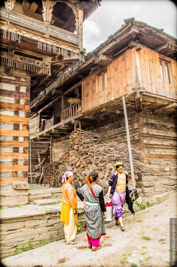 сюжет их ежедневной жизни возле достопримечательности достойной ЮНЕСКО
